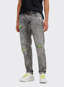 Pantalones slim con roturas y parches fluorescentes